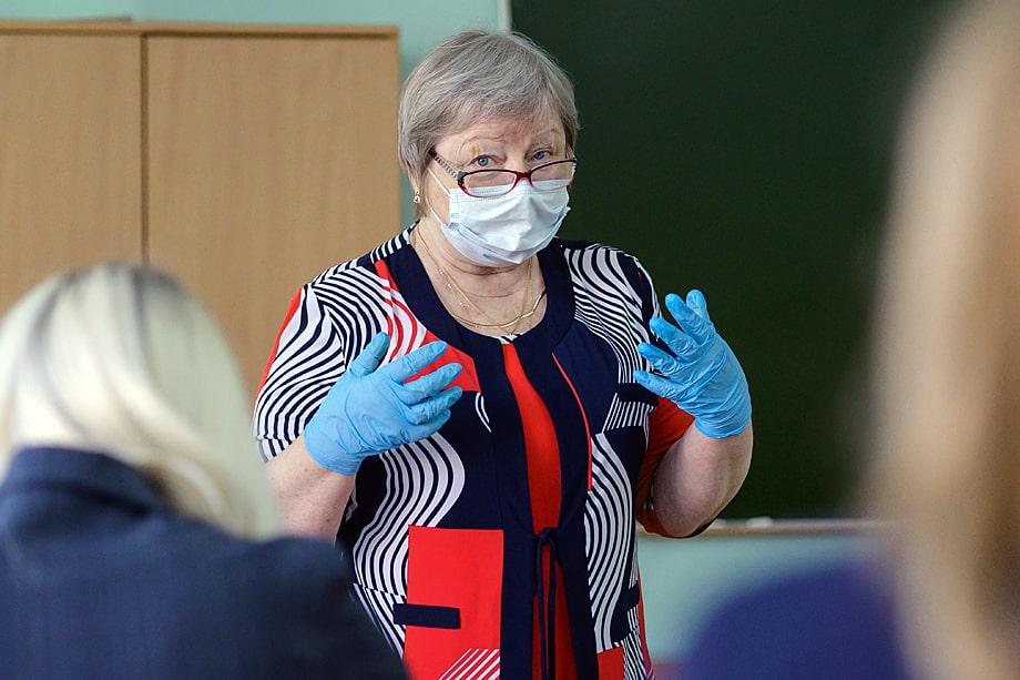 В школах Москвы и Московской области работает около 10 процентов учителей преклонного возраста, которые входят в группу риска.