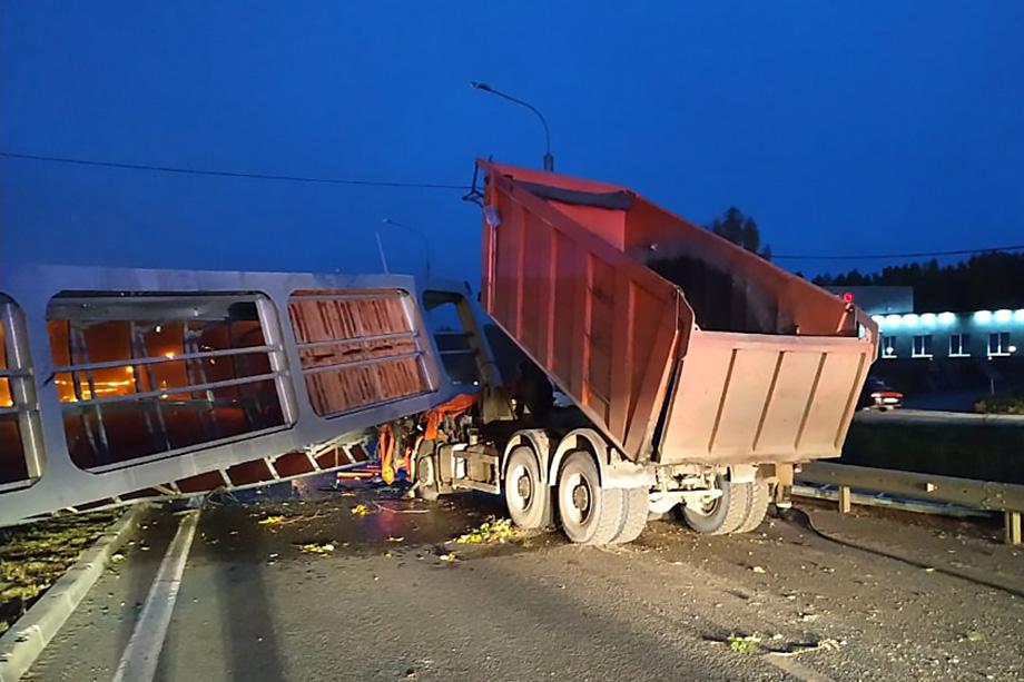 Упавшая конструкция заблокировала водителя в кабине.
