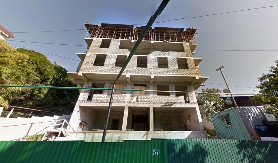 Волжская, 59. По плану – 3 этажа, по желанию застройщика – 4. Жильцам пришлось за свои деньги демонтировать лишний этаж, лишь бы дом не снесли.