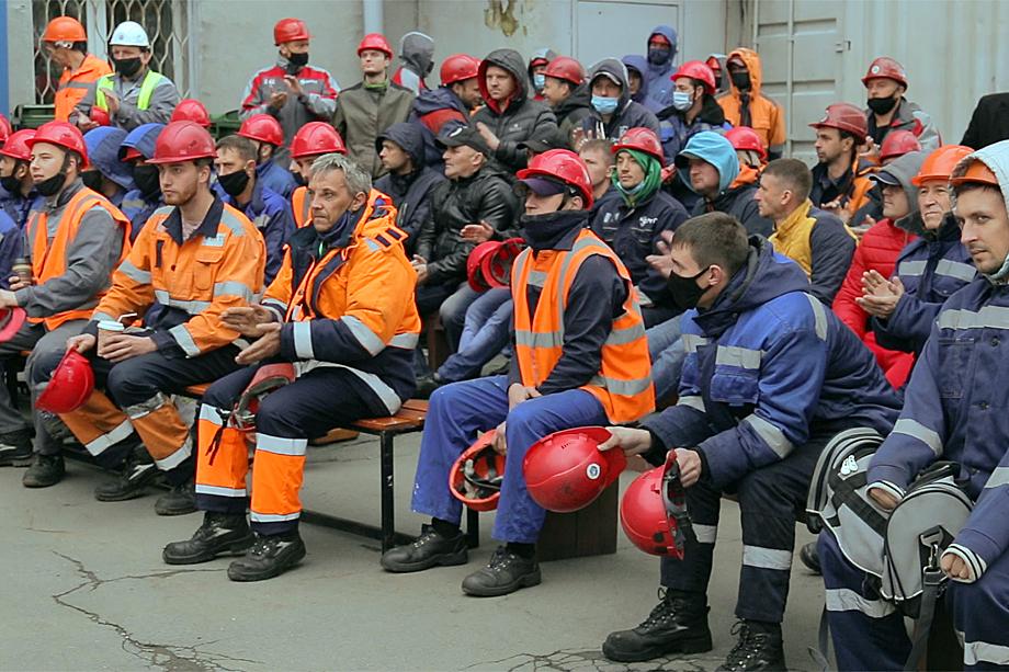 5 октября противостояние закончилось тем, что президента FESCO Аркадия Коростелёва рабочие закидали касками.