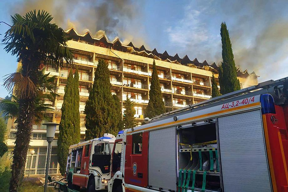 По предварительным данным, пожар в учреждении произошёл из-за короткого замыкания электропроводки.