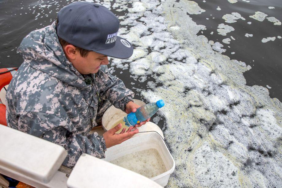 Привлечённые специалисты отобрали около тысячи образцов воды, воздуха и песка в разных местах.