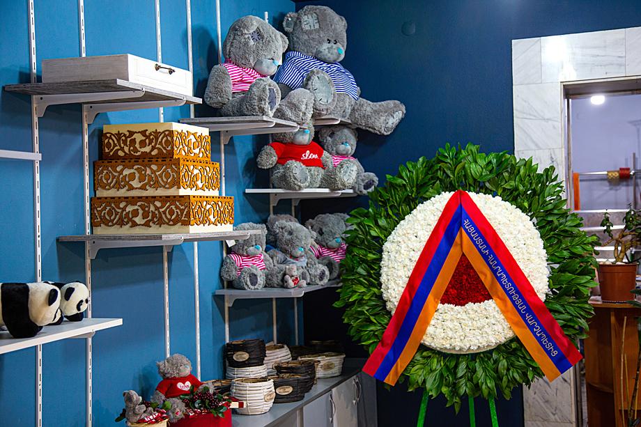 Особенно поразил цветочный магазин за углом нашей гостиницы: с подарочными букетами, шарами и игрушечными медведями соседствуют огромные траурные венки с лентами цветов армянского флага.