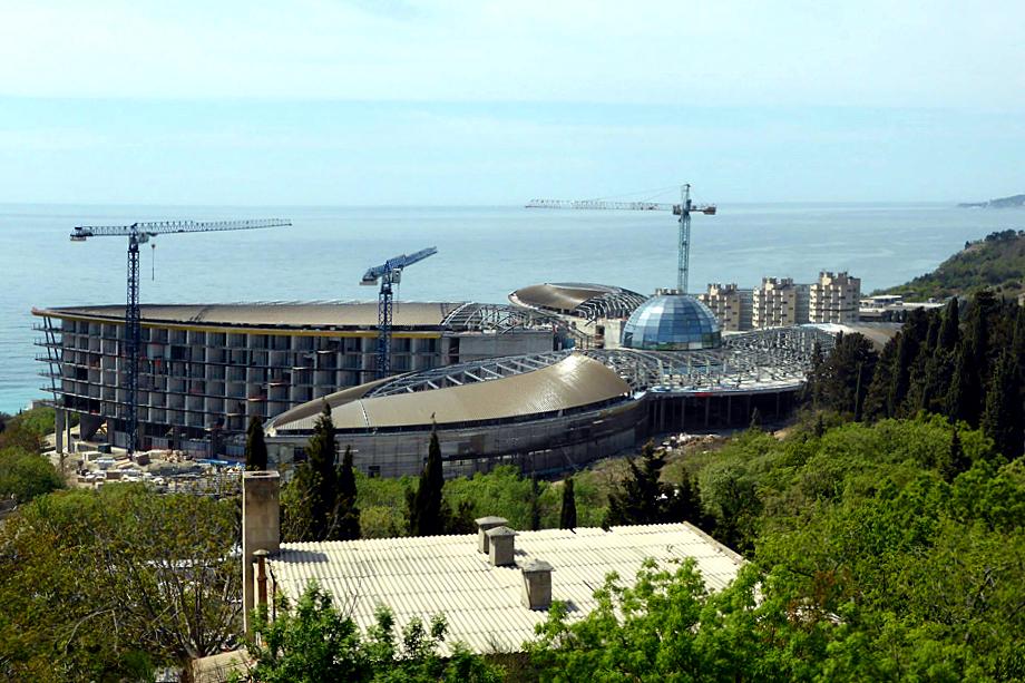 Очевидцы утверждают, что мусор вывозили со стройки курорта «Мрия», контролируемого Сбербанком.
