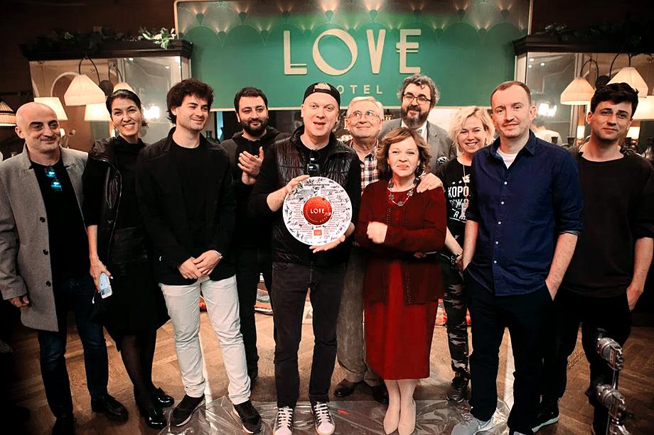 Одна из самых популярных сегодня платформ ivi тоже работает на собственными фильмами и сериалами. Зимой выйдет их сериал Love с Сергеем Светлаковым, Тимуром Батрутдиновым, Яном Цапником, Марией Мироновой.