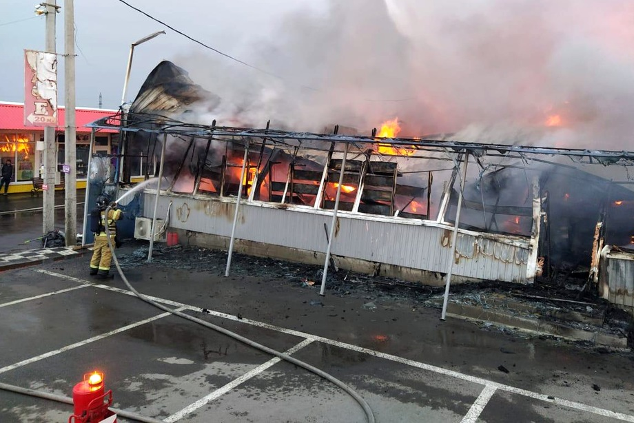 Площадь возгорания составила 900 квадратных метров.