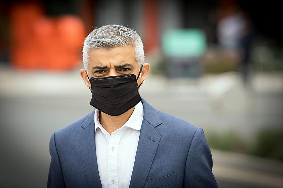 Мэр Лондона Садик Хан назвал проведение манифестаций против ограничений в связи с пандемией безответственным поведением.