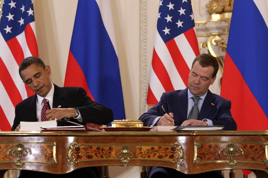 Экс-президент России Дмитрий Медведев и бывший президент США Барак Обама подписывают двустороннее соглашение СНВ-III.