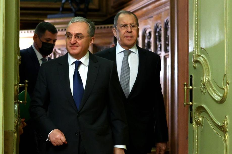Министр иностранных дел Армении Зограб Мнацаканян и глава МИД РФ Сергей Лавров обсудили вопрос прекращения огня в Нагорном Карабахе.