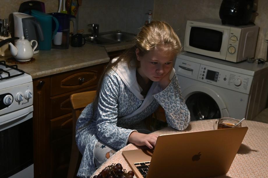 В результате экспериментов с дистанционным образованием дети вынуждены проводить за компьютером по 6–7 часов, что не самым лучшим образом сказывается на здоровье.