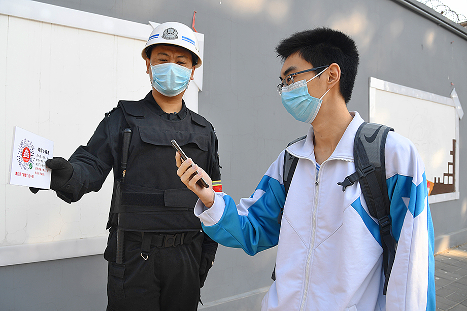 В Пекине введены QR-коды, позволяющие моментально определить, бывал ли человек в эпидемиологически опасном районе.
