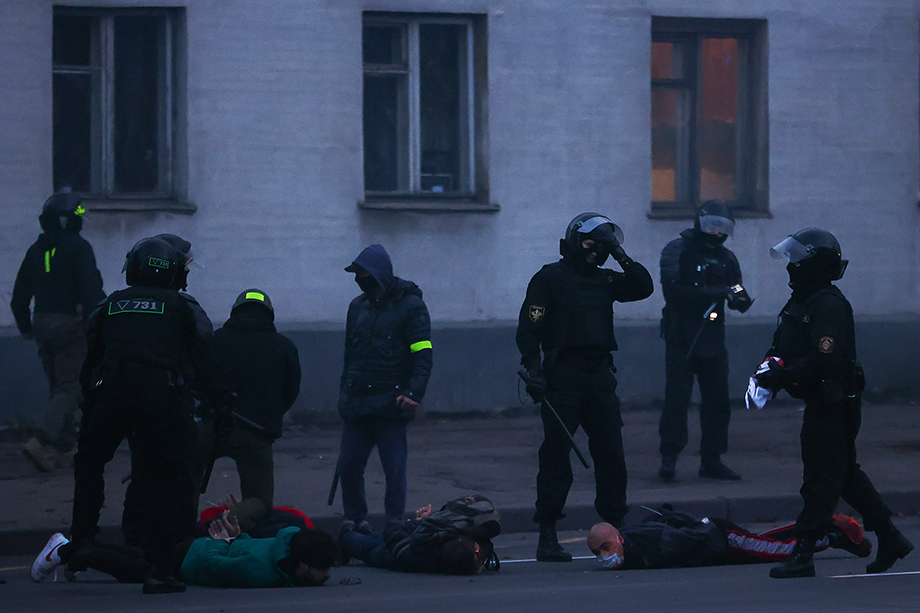 Правоохранительные органы применили светошумовые гранаты против протестующих.