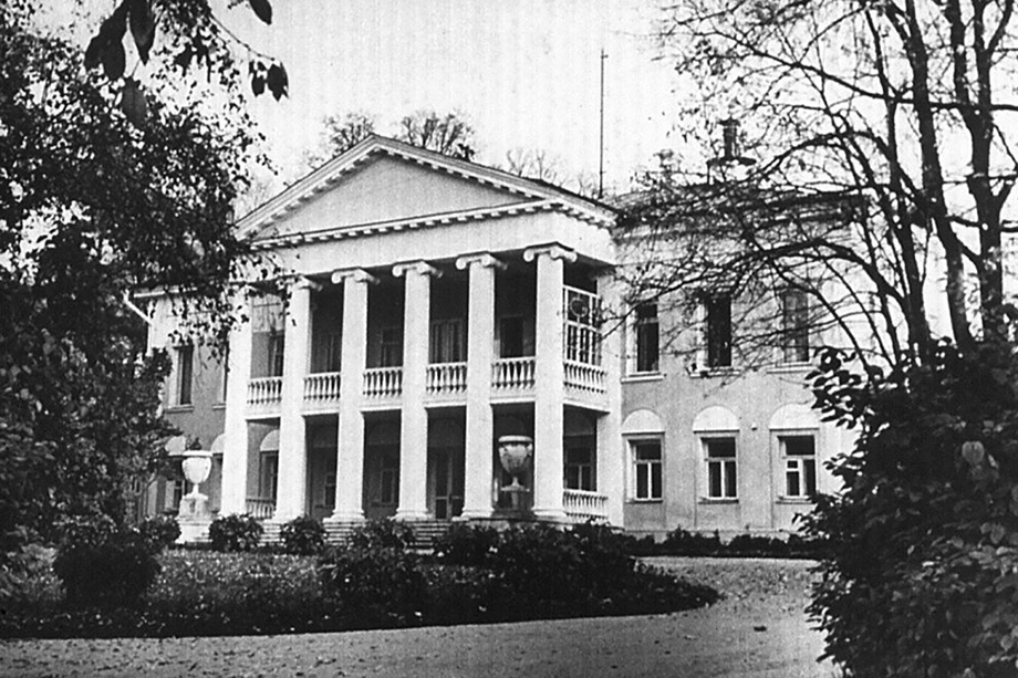 Главное здание усадьбы Горки.