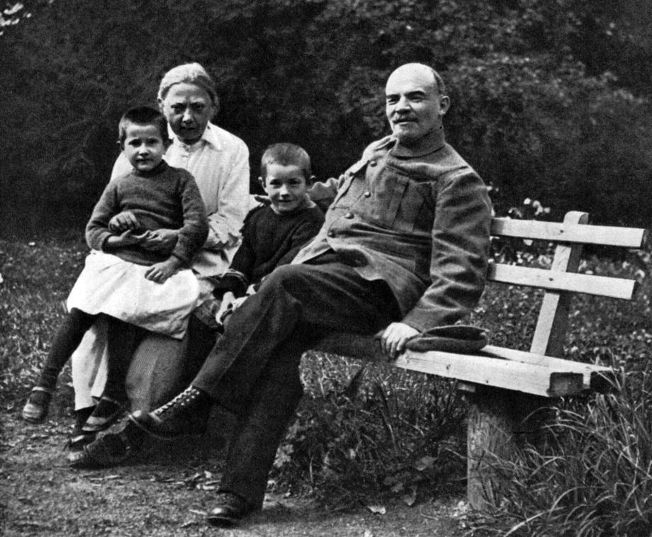 Владимир Ильич Ленин и Надежда Константиновна Крупская. Горки. 1922 год.