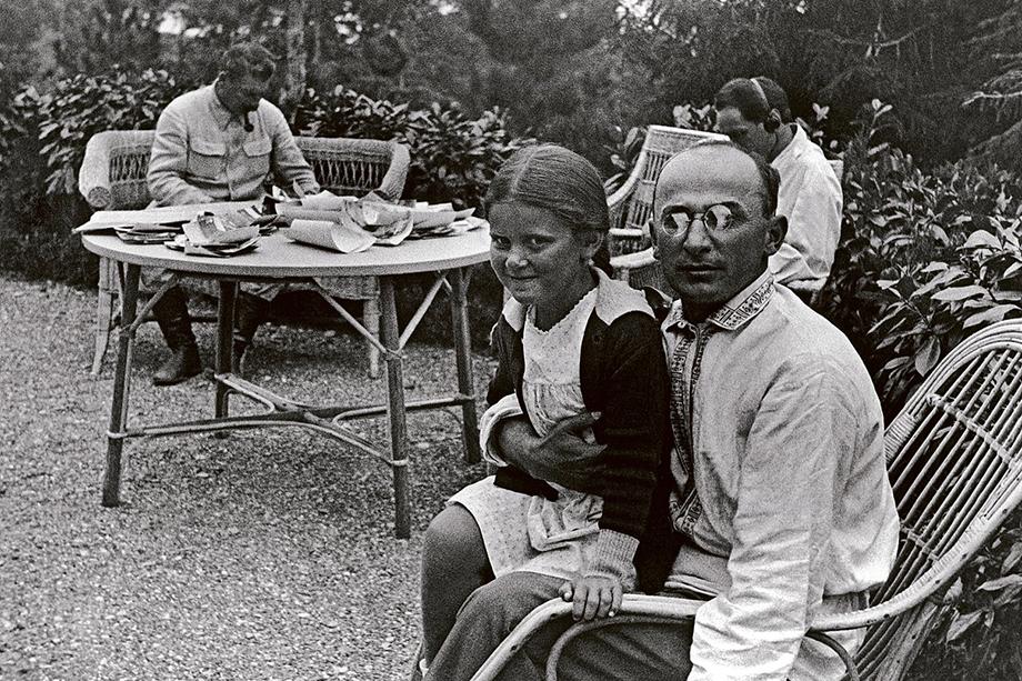 Иосиф Сталин (слева) и Лаврентий Берия с дочерью Сталина Светланой (на переднем плане) на даче вождя.