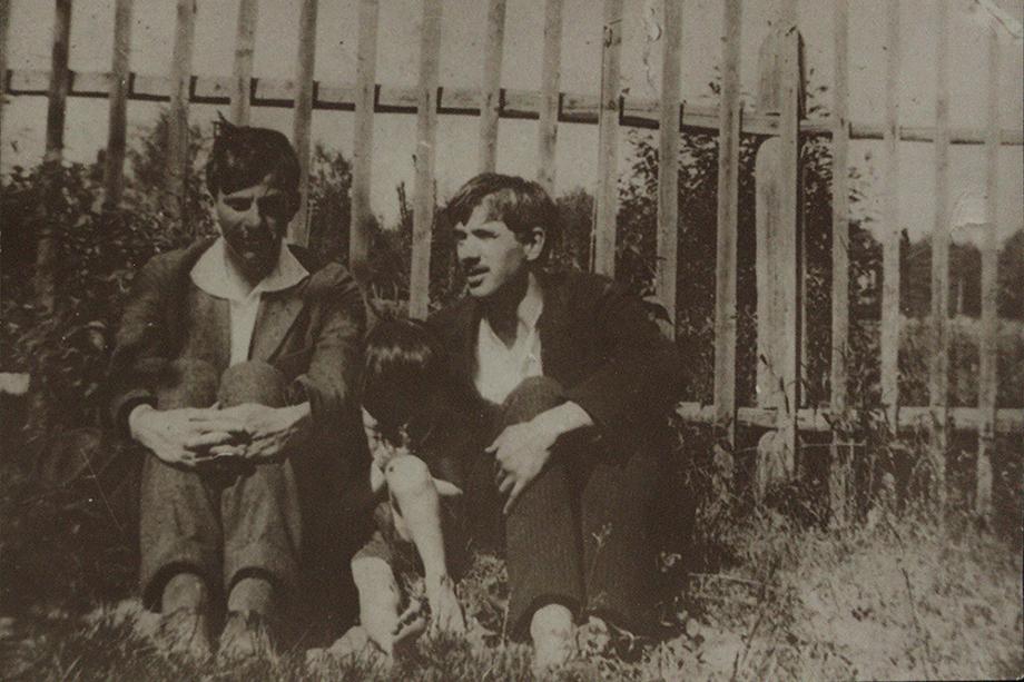 Маяковский с Чуковским и его сыном Борисом.
