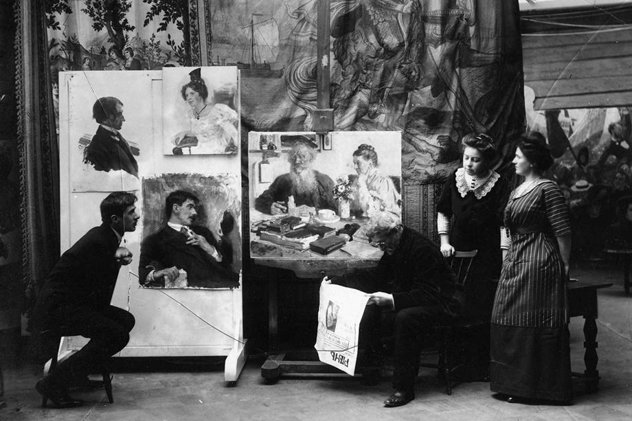 Фотография сделана в мастерской Репина в день смерти Льва Толстого.