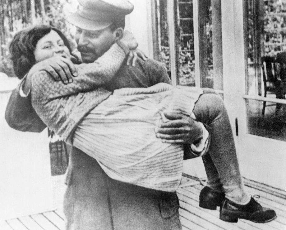 Иосиф Сталин с дочерью Светланой на даче. 1937 год.