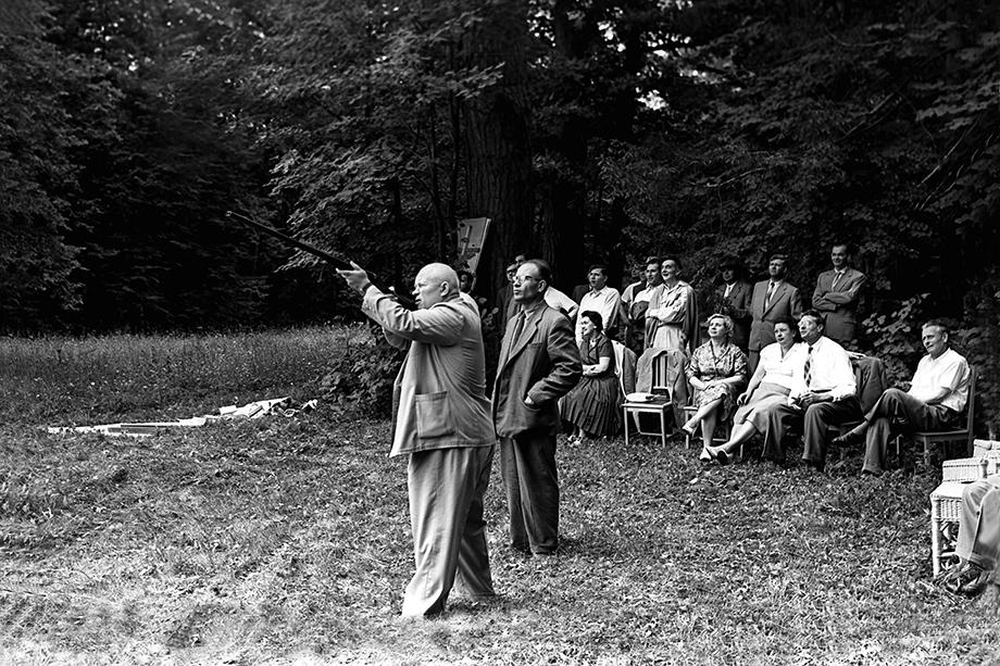 Никита Сергеевич Хрущёв (в центре) и делегация из Чехословакии на даче в Завидово.