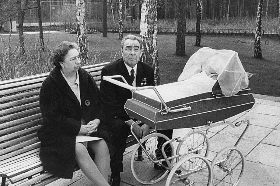 Леонид Брежнев с женой Викторией на даче в Заречье.