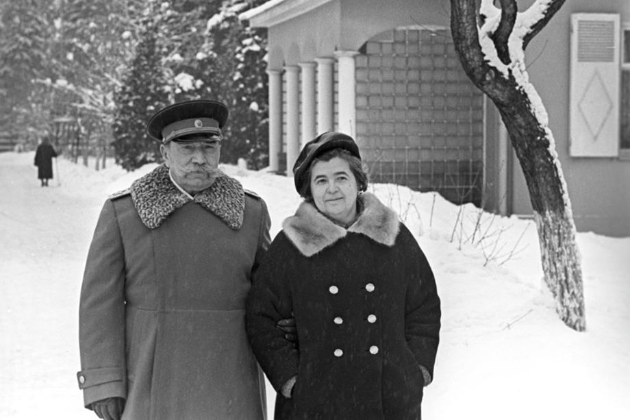 Семён Михайлович Будённый с женой Марией Васильевной на даче в Баковке. 1 февраля 1966 года.