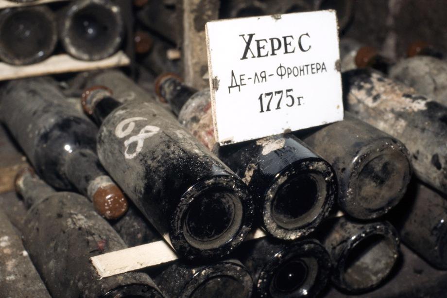 Эксперты считают, что коллекцию, в которой содержится, например, редчайший испанский «Херес де-ла-Фронтера» 1775 года (аналогичный экземпляр был продан на Sotheby's в 2001-м за 43,5 тыс. долларов), распродать новому владельцу будет сложно.
