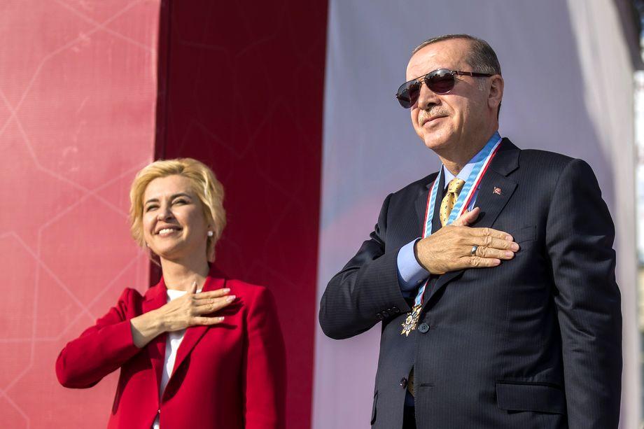 Президент Турции Реджеп Тайип Эрдоган (справа) и губернатор Гагаузской автономии Ирина Влах (слева) во время визита турецкого президента в Молдавию. 2018 год.
