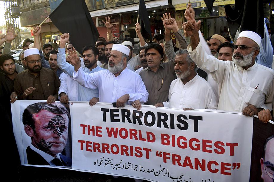Действия Макрона осудил весь исламский мир: манифестации прошли в Пакистане (на фото), Ливане, Алжире, Израиле и других странах.