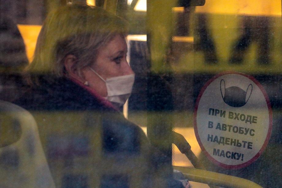 Всем россиянам теперь необходимо носить маски в местах массового пребывания людей, в транспорте, на парковках, а также в лифтах.