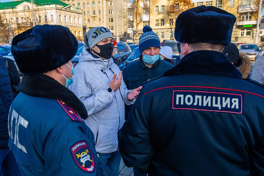 Сегодня таксисты собрались в самом центре Екатеринбурга, напротив здания городской администрации, и поставили автомобили на «аварийку» в знак протеста.