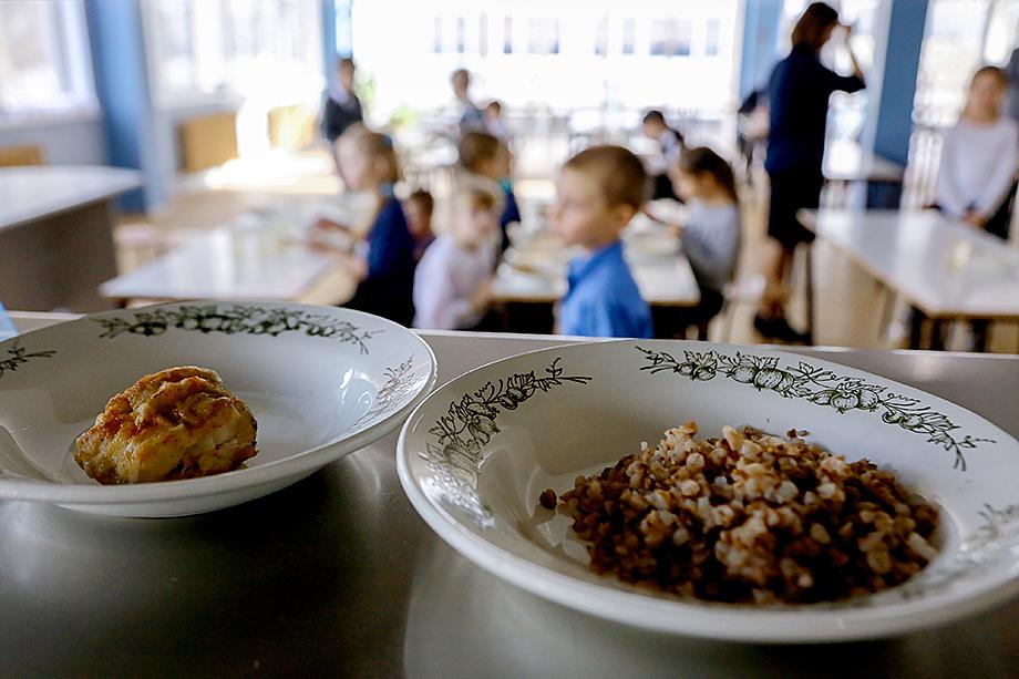 Родители учащихся в Крыму жалуются, что обещанное «горячее питание» далеко не всегда действительно горячее и качественное.