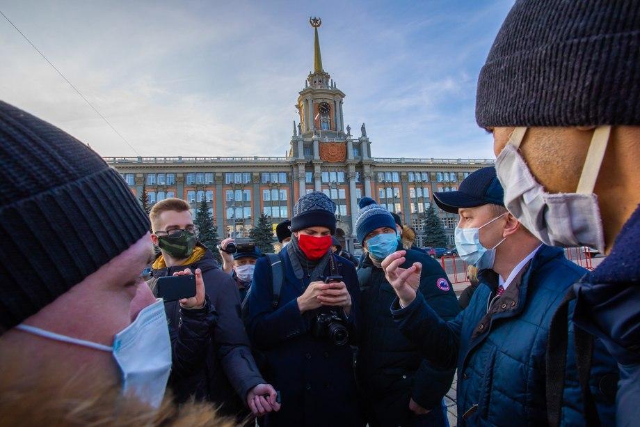 Уральские таксисты выразили протест против новых ограничений.