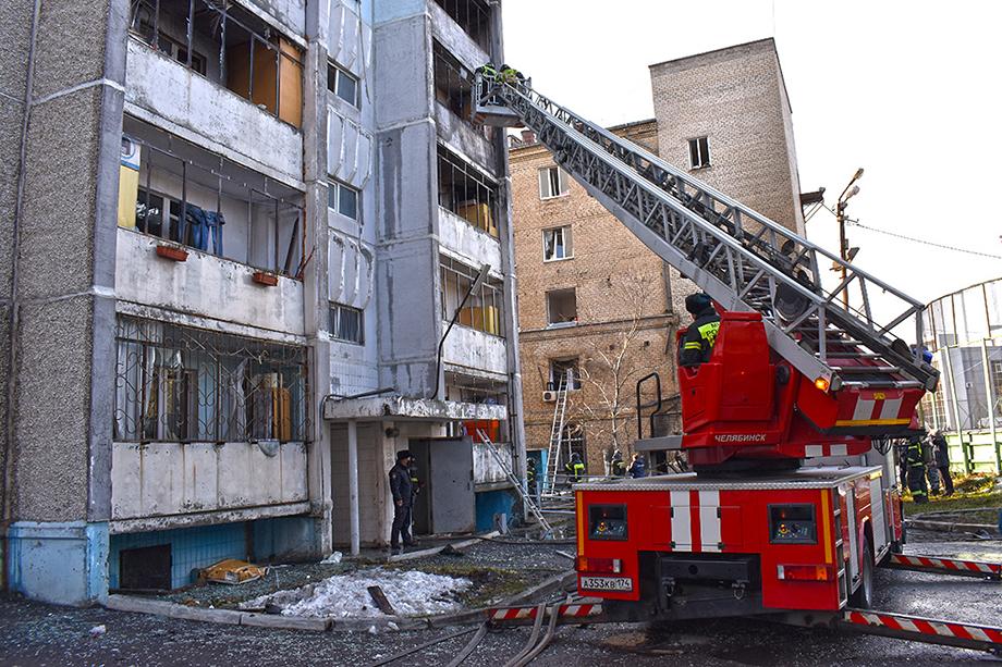 На месте пожара продолжает работать испытательная пожарная лаборатория, а также сотрудники отделения дознания.