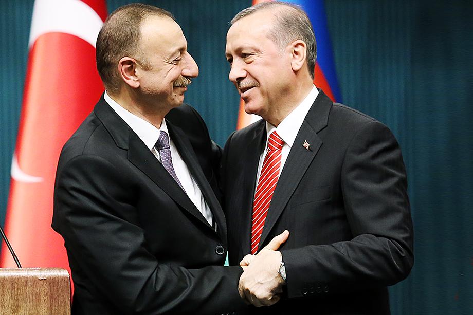 Ильхам Алиев (на фото слева) действует достаточно смело, ведь плечом к плечу с ним стоит достаточно сильный союзник из НАТО в лице вспыльчивого турецкого президента (на фото справа).