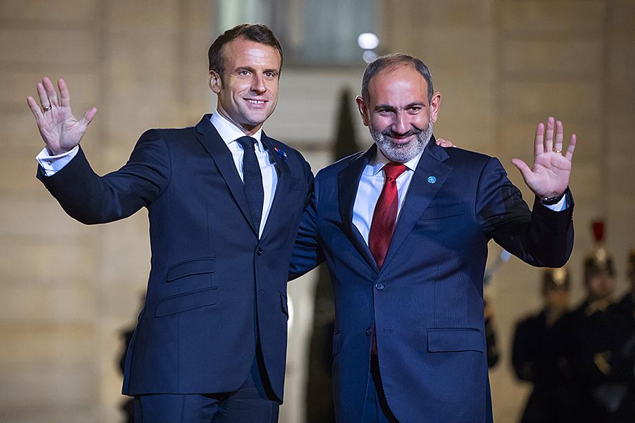 Макрон (на фото слева), на поддержку которого так рассчитывал Пашинян (на фото справа), из-за жёсткой конфронтации с миром ислама выведен из переговорного процесса.
