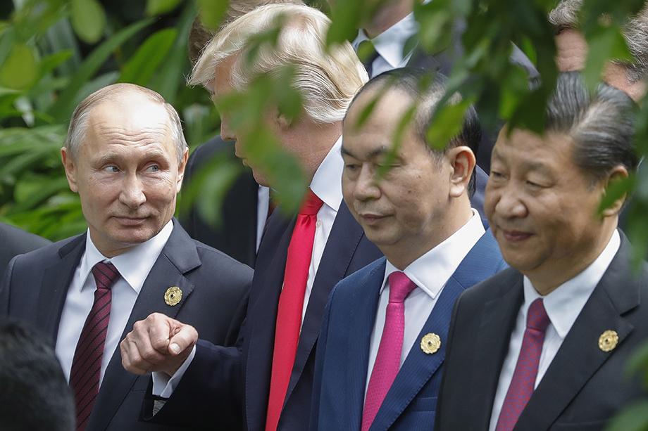 Лидеры «Большой тройки»: Владимир Путин (слева), Дональд Трамп (второй слева) и Си Цзиньпин (справа). Символичная фотография – лицо Трампа закрыто листвой. Сейчас неясно, кто будет представлять США, если такая встреча когда-нибудь состоится.