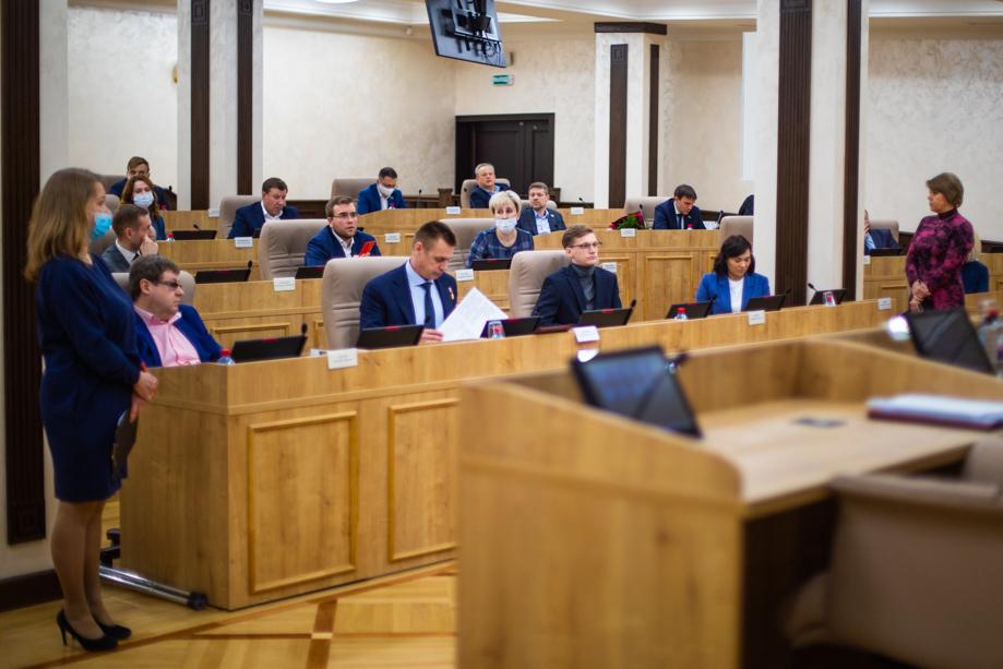 Из-за вспышки заболевания большинство сотрудников аппарата перевели на дистант, а заседания, назначенные на 3 и 10 ноября, перенесли на неопределённый срок.