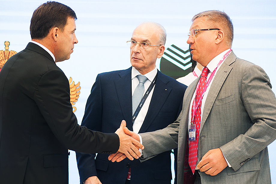 Губернатор Свердловской области (на фото слева) ещё до объявления конкурса неофициально пообещал контракт Артёму Бикову и Алексею Боброву (на фото справа).
