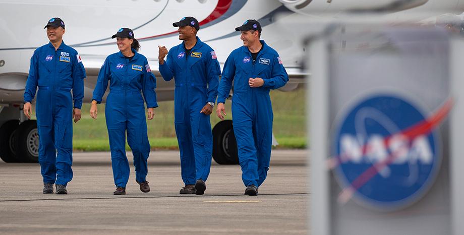 В состав экспедиции войдут член Японского агентства аэрокосмических исследований (JAXA) Соичи Ногучи и астронавты NASA Шеннон Уокер, Виктор Гловер и Майкл Хопкинс (слева направо).