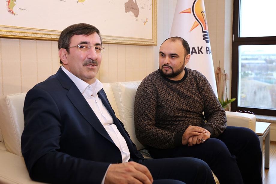 Советник президента Турции по международным вопросам Джевдет Йылмаз (на фото слева) и журналист «Октагона» Хаял Муаззин во время интервью.
