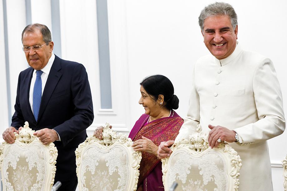 Министр иностранных дел РФ Сергей Лавров, министр иностранных дел Индии Сушма Сварадж и министр иностранных дел Пакистана Шах Мехмуд Куреши (слева направо) во время встречи министров иностранных дел государств – членов ШОС.