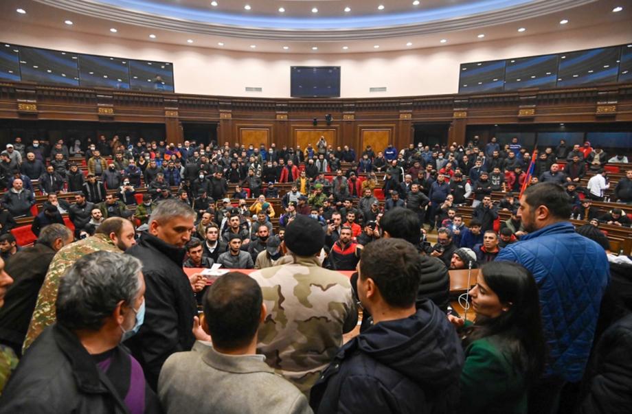 Ранее протестующие избили спикера армянского парламента Арарата Мирзояна.