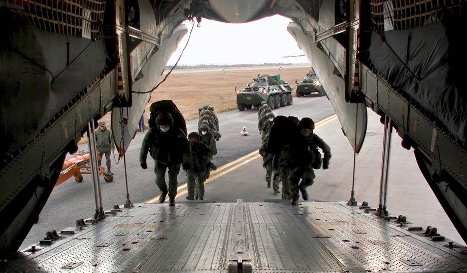 Отправка российского миротворческого контингента в Нагорный Карабах с аэродрома Ульяновска.