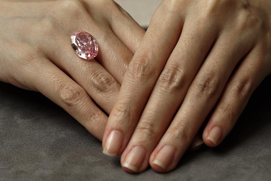 Пурпурно-розовый бриллиант «Призрак Розы» был продан на торгах в Женеве за 26,6 млн долларов.