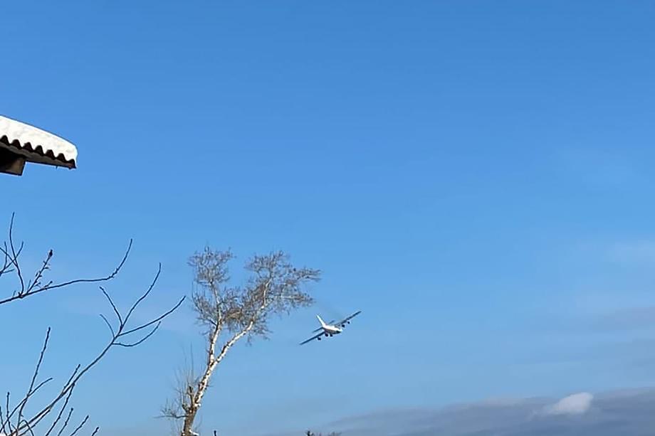 В результате инцидента у лайнера частично разрушены шасси и крылья.