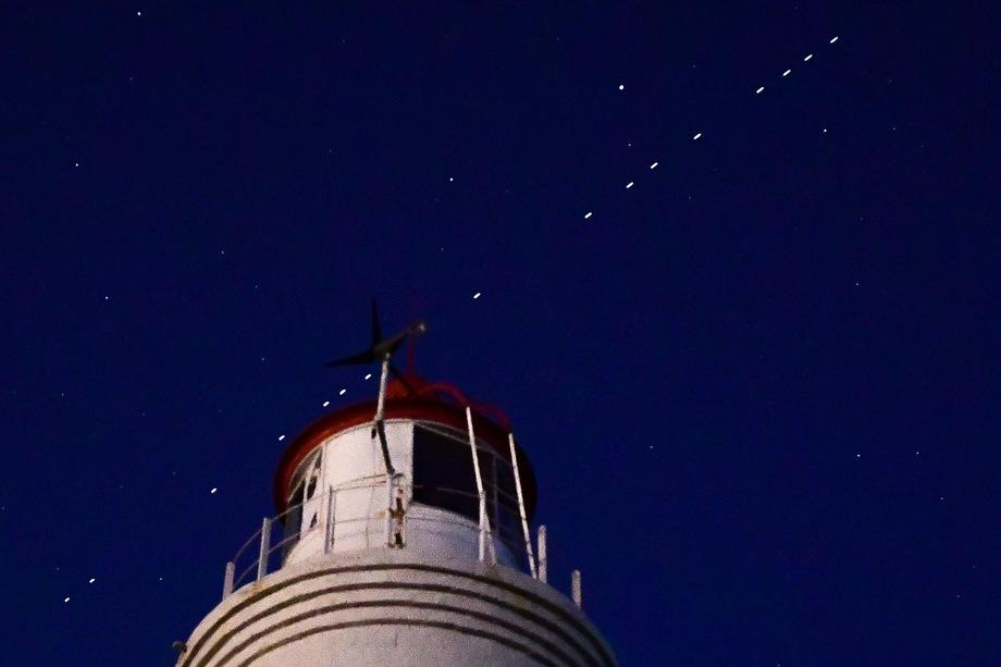 Спутники Starlink проходят по орбите Земли. 22 апреля 2020 года ракета-носитель Falcon 9 компании SpaceX стартовала с седьмой партией из 60 микроспутников Starlink с космодрома на мысе Канаверал. Цель проекта Starlink – обеспечить всем жителям Земли дешёвый высокоскоростной интернет. Для этого SpaceX планирует запустить на орбиту Земли около 30 тысяч спутников.