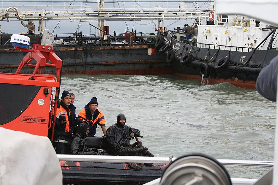 Спасательные работы на месте в районе кораблекрушения нефтеналивного танкера «Волгонефть-139» в Керченском проливе.