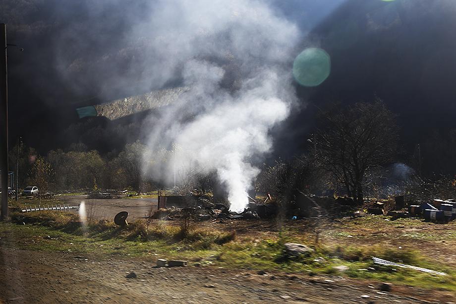 Жители сжигают дома, а то, что невозможно взять с собой, топят в реке, которая носит символичное название Тартар.