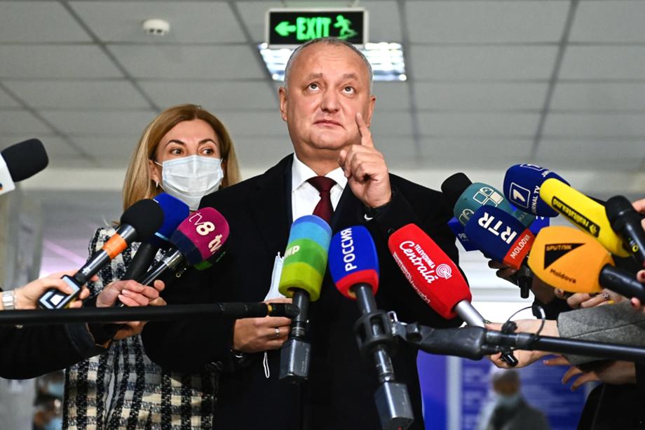 Действующий президент Игорь Додон поздравил Санду с избранием, но намерен оспорить результаты в суде.