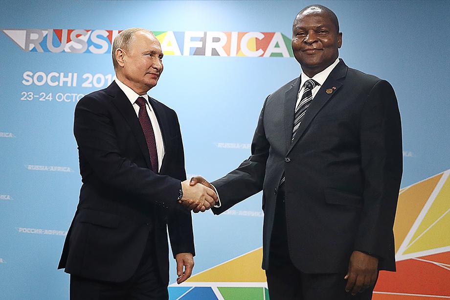 Глава ЦАР Форстен-Арканж Туадера пригласил российских военных для охраны собственной персоны и подготовки армейских подразделений и полиции страны.